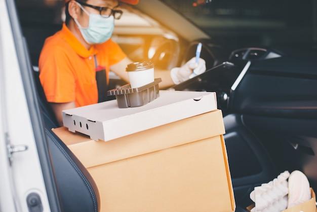 Бумажная коробка и чашка кофе с контрольным списком сотрудника доставщика blured в буфере обмена