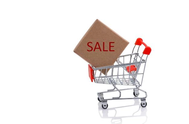 赤い販売サインが付いているショッピングカートの紙箱