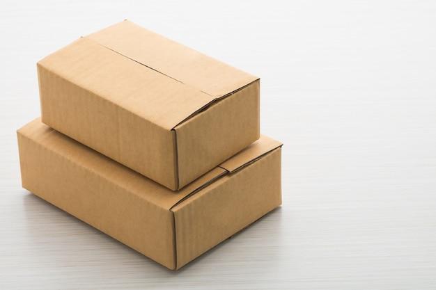 Бумажная коробка на деревянном фоне