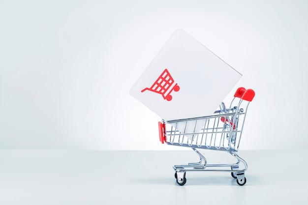 복사 공간이 있는 상점 트롤리에 있는 종이 상자 소포. 물류, 공급망 및 배송 서비스, deliveryt 개념.