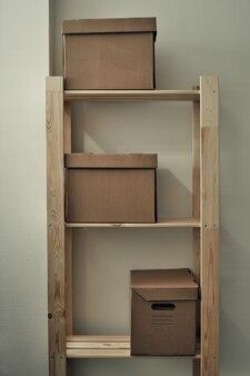 Бумажные коробки на деревянной стойке. архивное хранение, использование экологически чистых материалов.