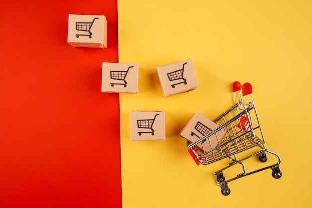 종이 갈색 상자와 트롤리는 화려한 배경에서 분리합니다. 온라인 상점에서 집으로 상품을 배달하는 개념.