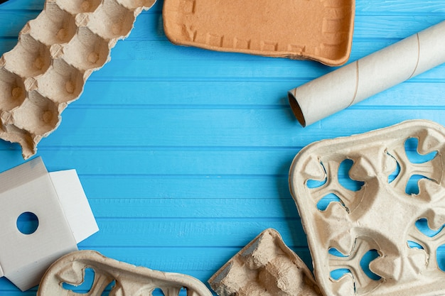 青い表面にリサイクルするための紙、段ボール、カートン