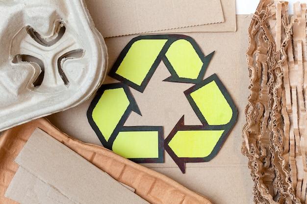 紙、段ボール、漫画の使用済み廃棄物とリサイクルサイン