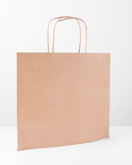 Shopper in carta per lo shopping in piedi sul tavolo