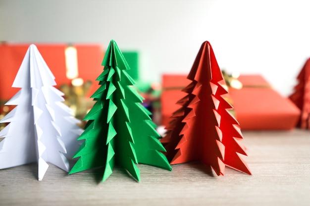 白い背景に紙のクリスマスシーズンの木。かわいい紙切れ