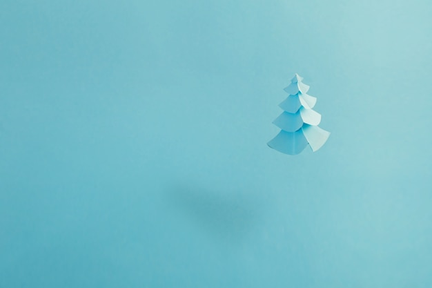 Бумажная елка на синем фоне