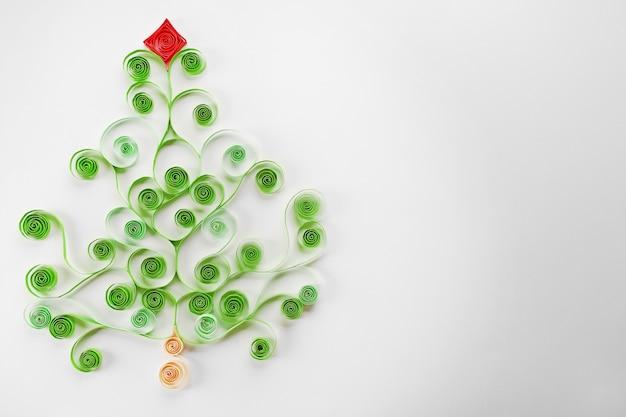 Бумажная рождественская елка на сером фоне