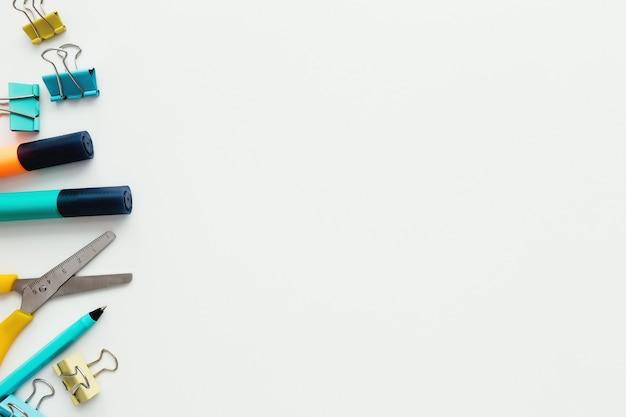 Скрепки, маркер и карандаш, ножницы на белом фоне. концепция работы и образования.