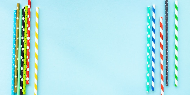紙カクテルストロー色とりどりの縞模様の点線ストローが散在する有用なエコロジー生分解性