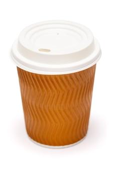 Бумажная кофейная чашка с пластиковой крышкой, изолированная на белой поверхности с обтравочным контуром