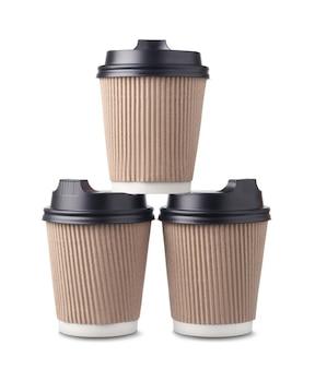 Бумажные кофейные чашки с черными крышками, изолированные на белом фоне.