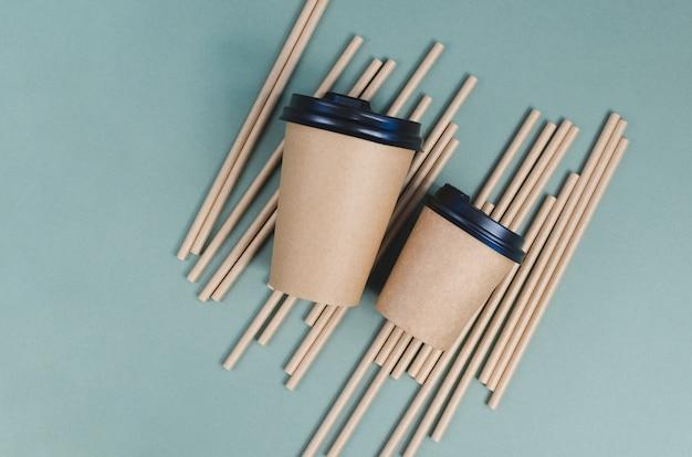 紙ストローで紙のコーヒーカップ。エコフレンドリーなデザイン。廃棄物ゼロ
