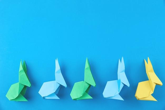 파랑에 종이 다채로운 종이 접기 부활절 토끼