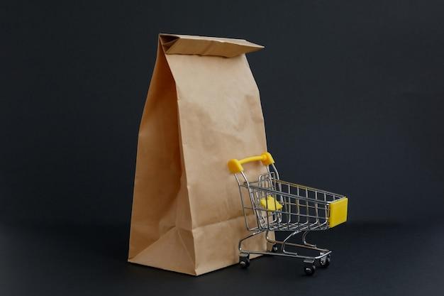 ショッピングや小さな食料品のカートのためのペーパークラフトバッグ
