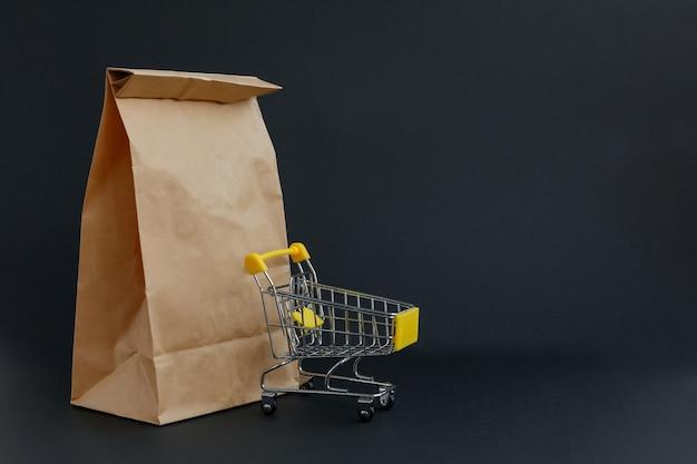 ショッピングと小さな食料品のカート用のペーパー クラフト バッグ
