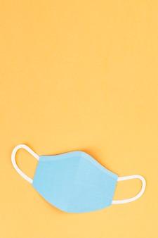 黄色の背景イラストのペーパークラフトサージカルマスク