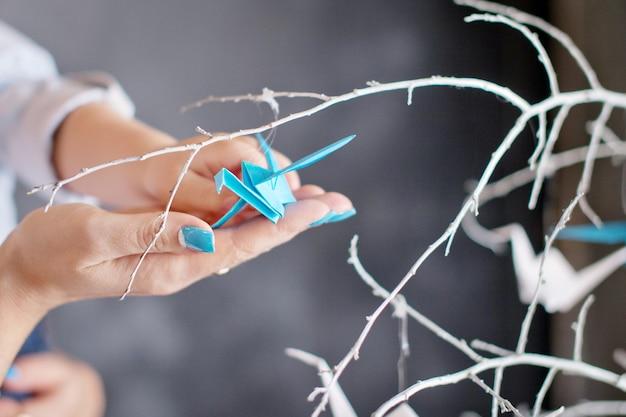 母と子の手で折り鶴
