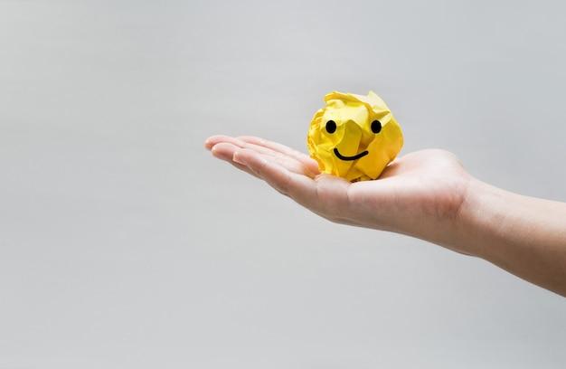 인간의 손에 종이 구겨진 공. 아이디어 개념
