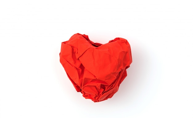 Carta stropicciata cuore su sfondo bianco.