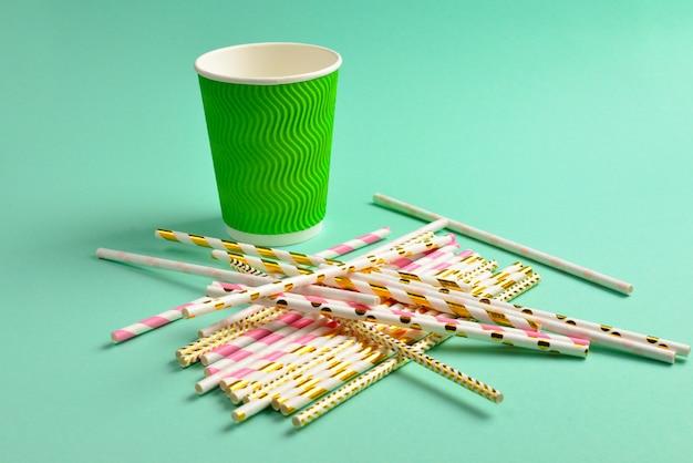 Бумажный стаканчик и красочные соломинки