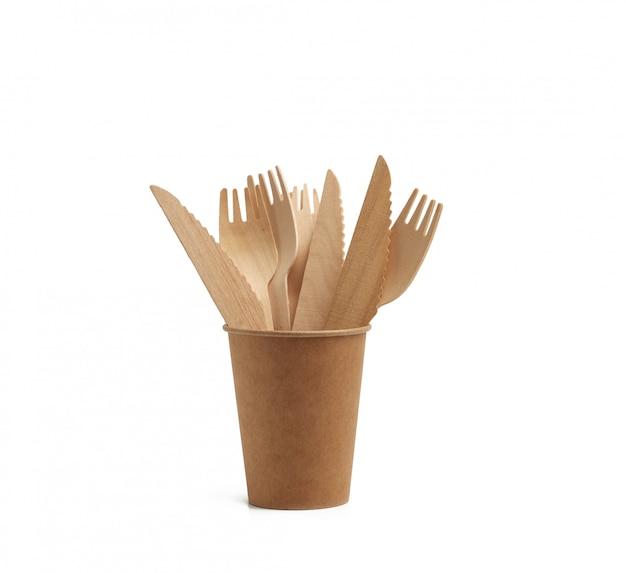 Бумажный стаканчик из коричневой крафт-бумаги и деревянные вилки и ножи, изолированные на белом фоне. концепция отбраковки пластика, ноль отходов