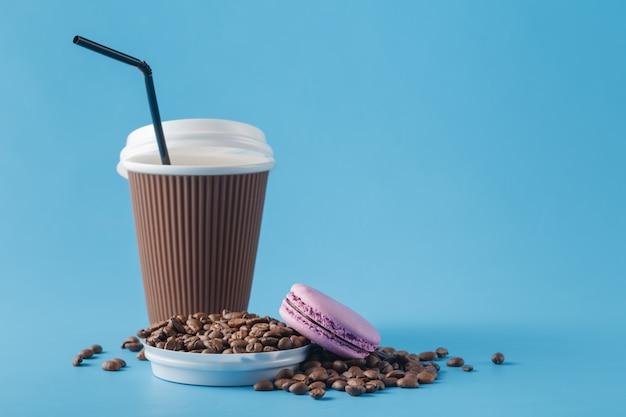 커피와 커피 콩의 종이 컵