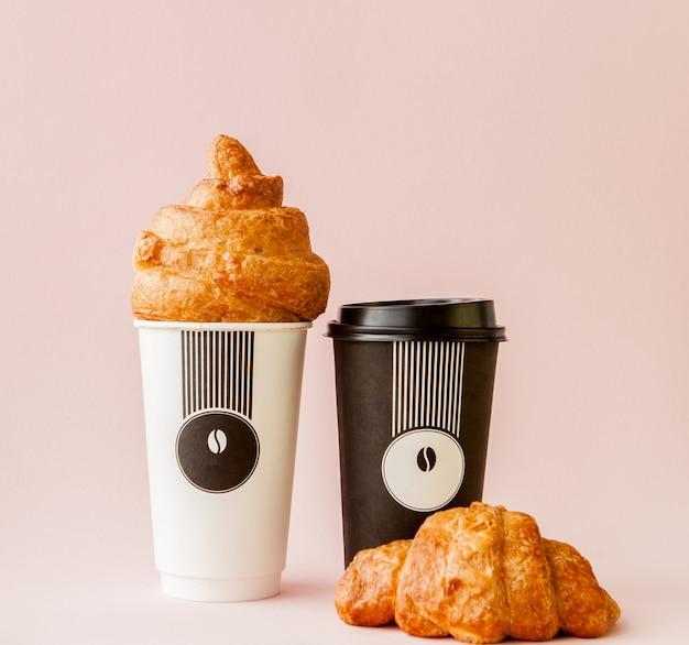 分離されたコーヒーとクロワッサンの紙コップ