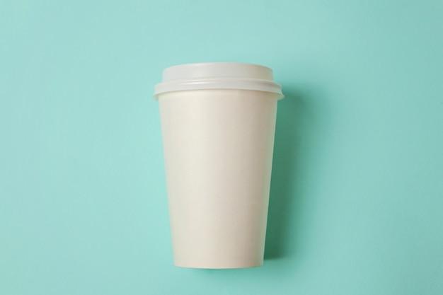 青色の背景にコーヒーの紙コップ
