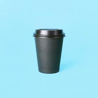 Бумажный стаканчик кофе или чая на синем фоне