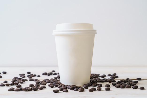 Бумажный стаканчик на вынос кофе