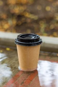 Бумажный стаканчик с черной крышкой для напитков