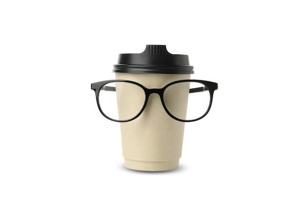 Бумажный стаканчик с очками, изолированные на белом фоне