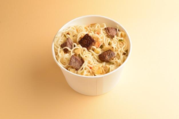 쇠고기와 야채를 넣은 인스턴트 라면을 넣은 종이컵.