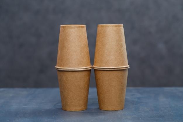 술, 접시용 종이컵. 환경 친화적 인 재료로 만든 일회용 판지 접시. 자연을 막지 않습니다. 친환경, 일회용, 재사용, 퇴비화 가능한 식기.