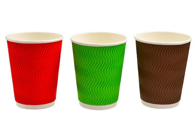 さまざまな飲み物のための紙コップ。赤、緑、茶色。空の紙コップ。白で隔離。