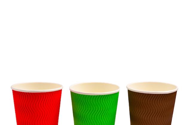Бумажные стаканчики для разнообразных напитков. красный, зеленый, коричневый. пустые бумажные стаканчики. изолированные на белом.