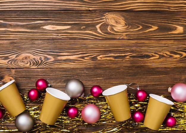 Bicchieri di carta con palline sul tavolo