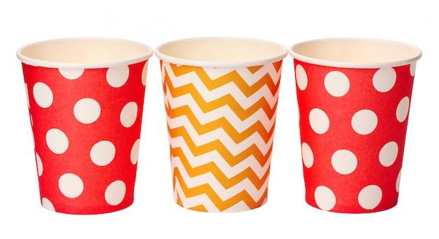 白い背景で隔離の色のパターンを持つ紙の使い捨てカップ