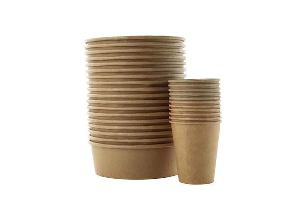 Бумажная одноразовая посуда, изолированные на белой поверхности