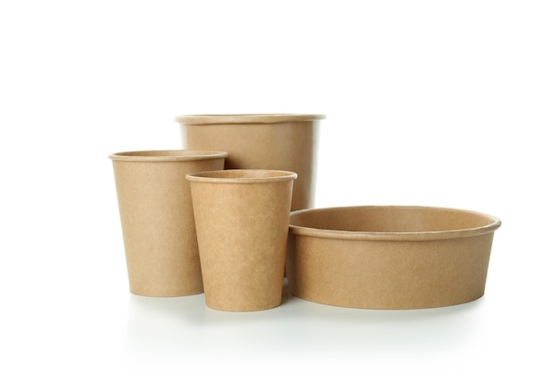 Бумажная одноразовая посуда, изолированные на белом фоне