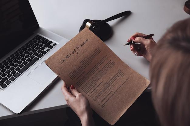 Бумажные документы с печатью на столе. нотариальная концепция, работа с ноутбуком.