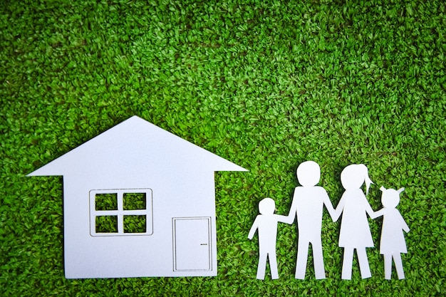 Бумажная семья с домом на траве
