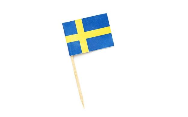 Бумажный флаг швеции, небольшой шведский флаг как украшение, зубочистка, изолированные на белом, вид сверху