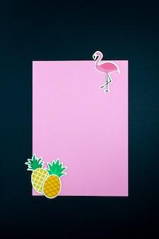 Бумажный фламинго и ананасы на пустой розовой карточке или примечании. минимальная концепция.