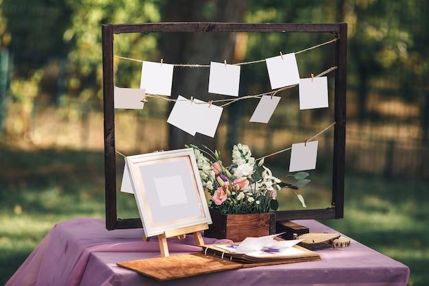 Бумажные формы висят на веревке с деревянными прищепками