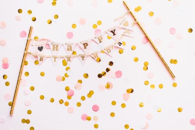 おめでとうございますとガーランドストリーマ。お誕生日おめでとうございます。ピンクのハッピーバースデーの背景と紙吹雪。おめでとう、ブログ、割引、広告用のテンプレート