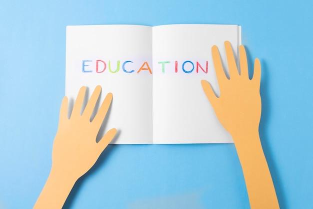 Бумажные руки и вид сверху ноутбука