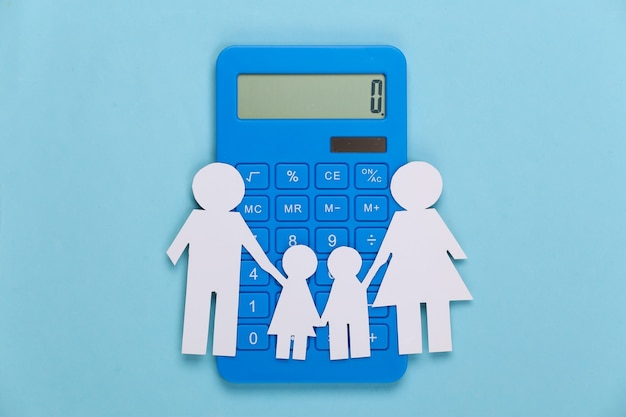 파랑에 계산기와 함께 종이 행복 한 가족. 가족 경비, 예산의 계산