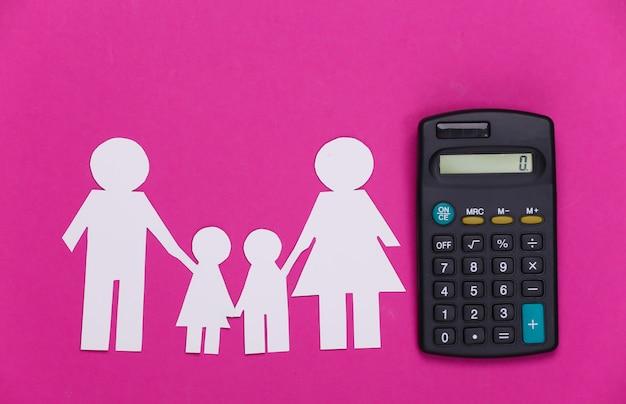 핑크에 계산기와 함께 종이 행복 한 가족. 가족 경비, 예산의 계산